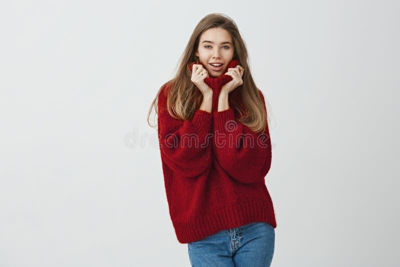 妇女诱惑她的工友 美丽的现代妇女画象拿着衣领用两只手的宽松毛线衣的,当时 库存照片