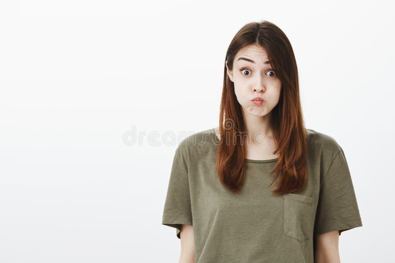 妇女诺言保留秘密,屏住呼吸不说词 无忧无虑的悦目女学生画象与 免版税库存图片