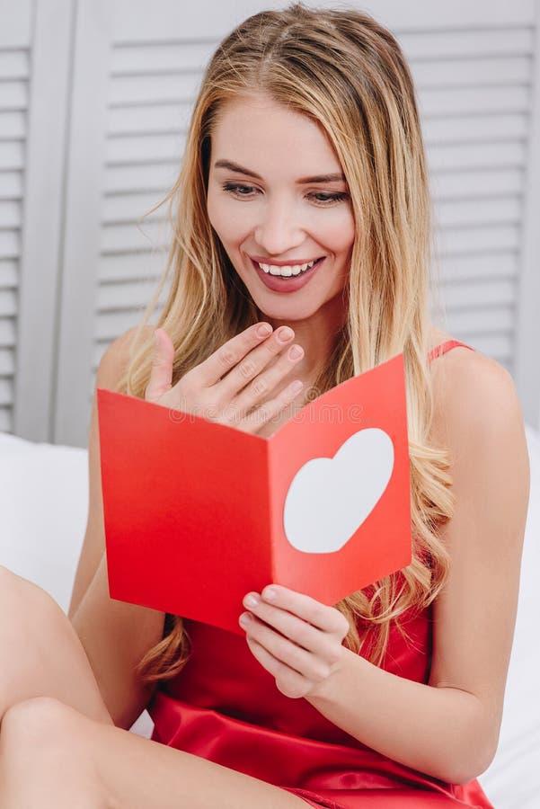 妇女读书礼品券为情人节 库存照片