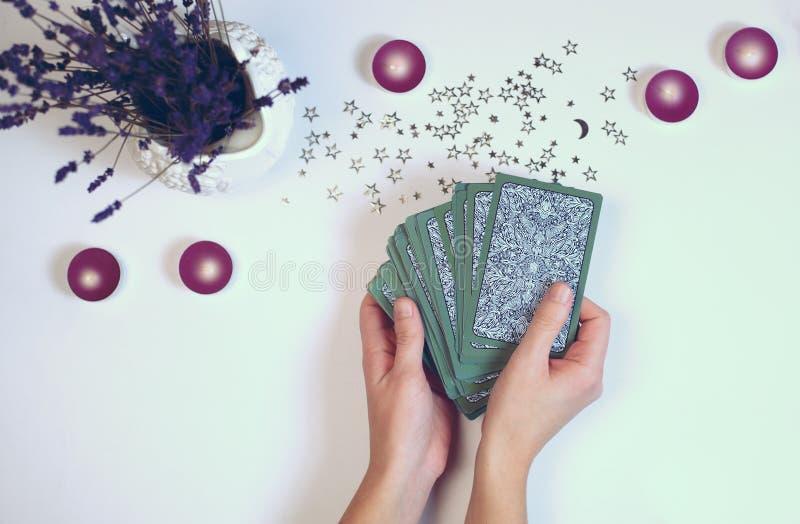 妇女读占卜用的纸牌顶视图 免版税库存图片
