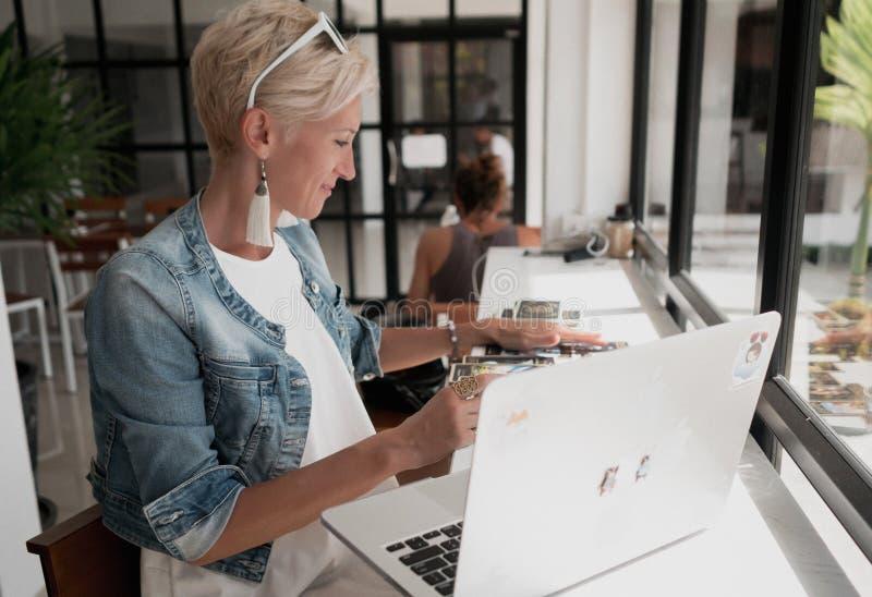 妇女读占卜用的纸牌 库存图片