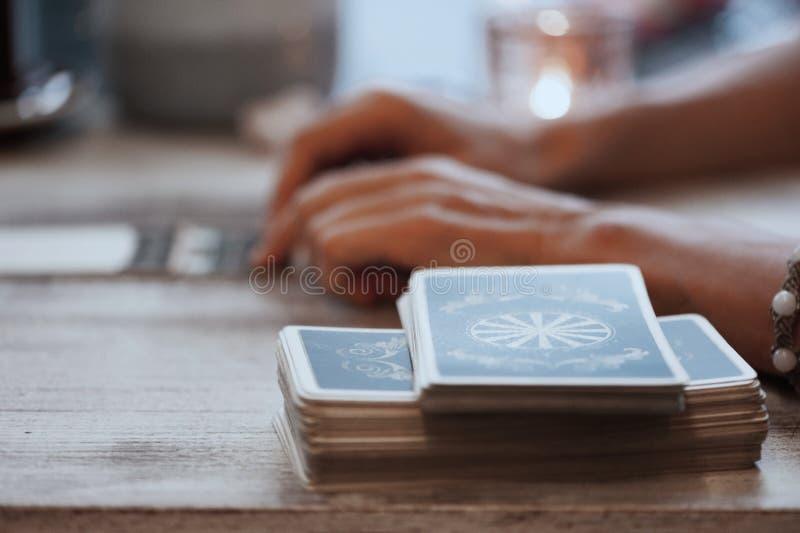 妇女读在咖啡馆的占卜用的纸牌 免版税库存图片