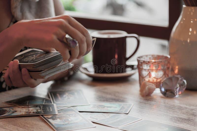 妇女读在咖啡馆的占卜用的纸牌 免版税图库摄影