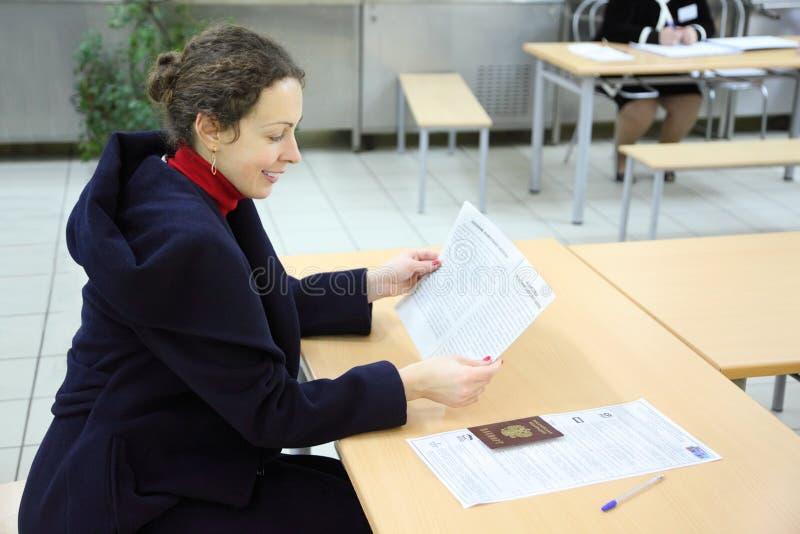 妇女读在选择的文件对杜马 免版税图库摄影