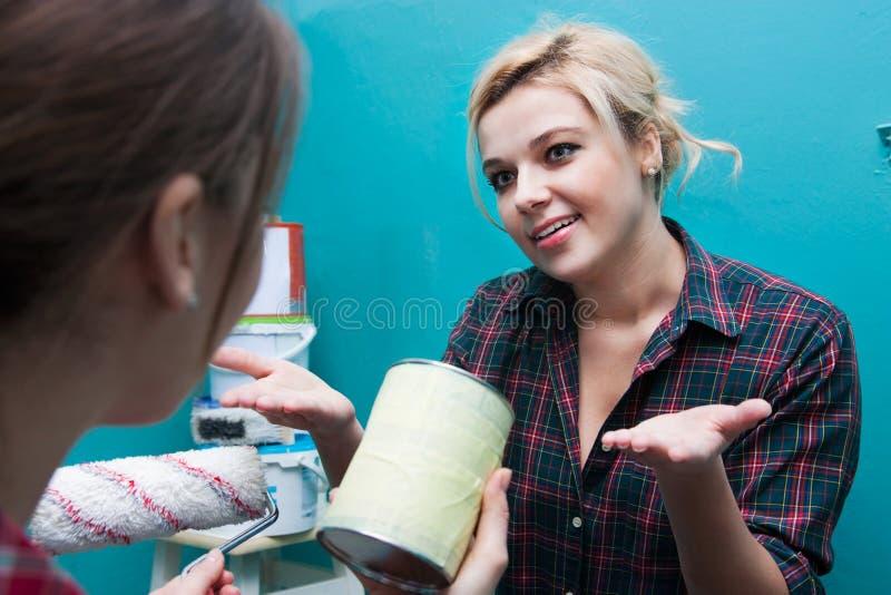 妇女谈论和修理 免版税库存照片