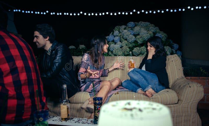妇女谈话与党的乏味女性朋友 免版税库存照片