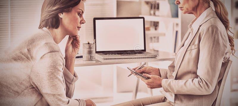 妇女谈话与治疗师 免版税库存图片
