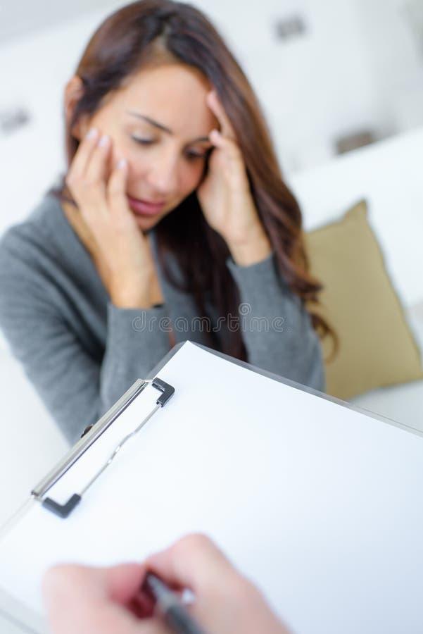 妇女谈话与精神病医生 免版税库存图片