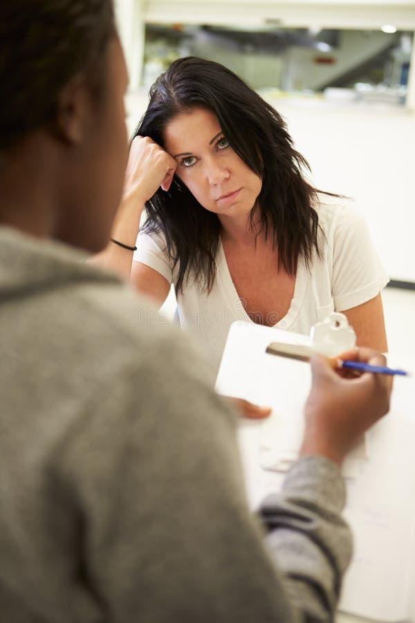 妇女谈话与采取笔记的顾问 免版税库存照片