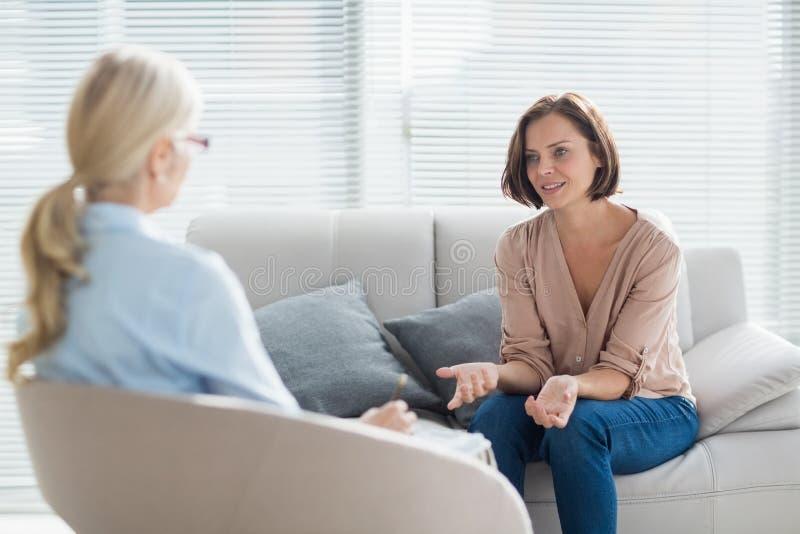 妇女谈话与治疗师 免版税图库摄影
