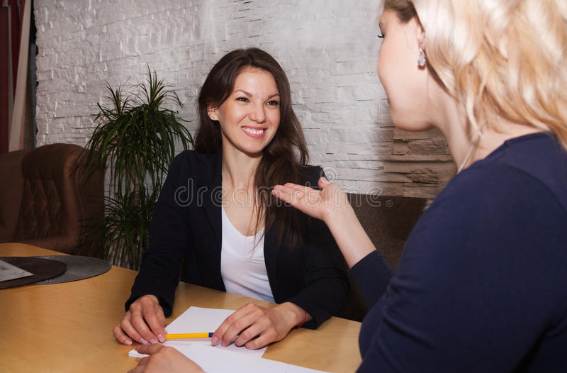 妇女谈话在办公室 免版税图库摄影