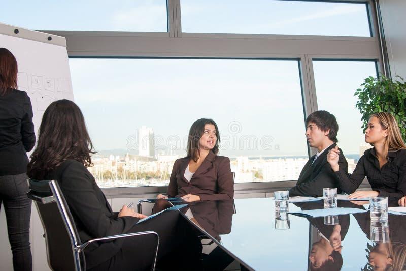 妇女谈话在办公室 免版税库存图片