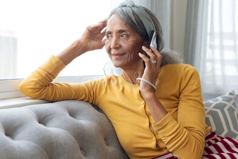 妇女谈话在电话 库存照片