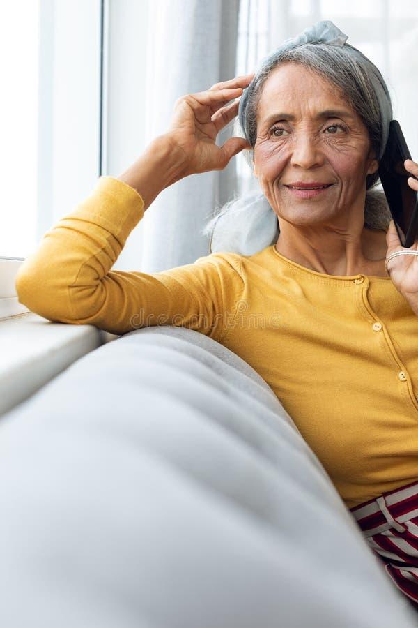 妇女谈话在电话 免版税图库摄影
