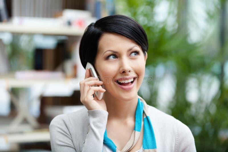 妇女谈话在电话 图库摄影