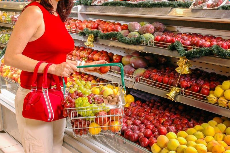 妇女购买果子 免版税库存照片