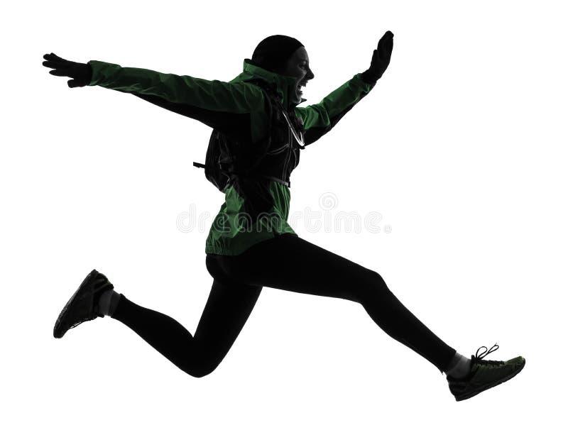 妇女赛跑者跑的迁徙的剪影 免版税库存照片