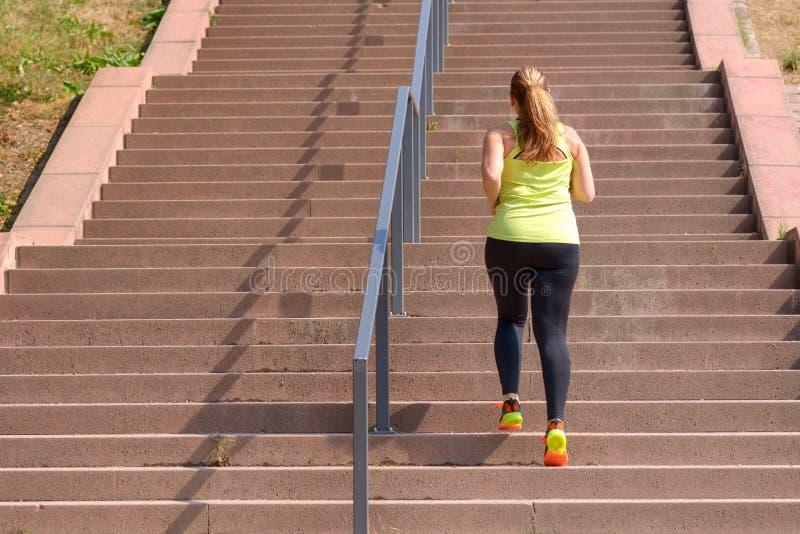 妇女赛跑,当攀登台阶在锻炼期间时 图库摄影