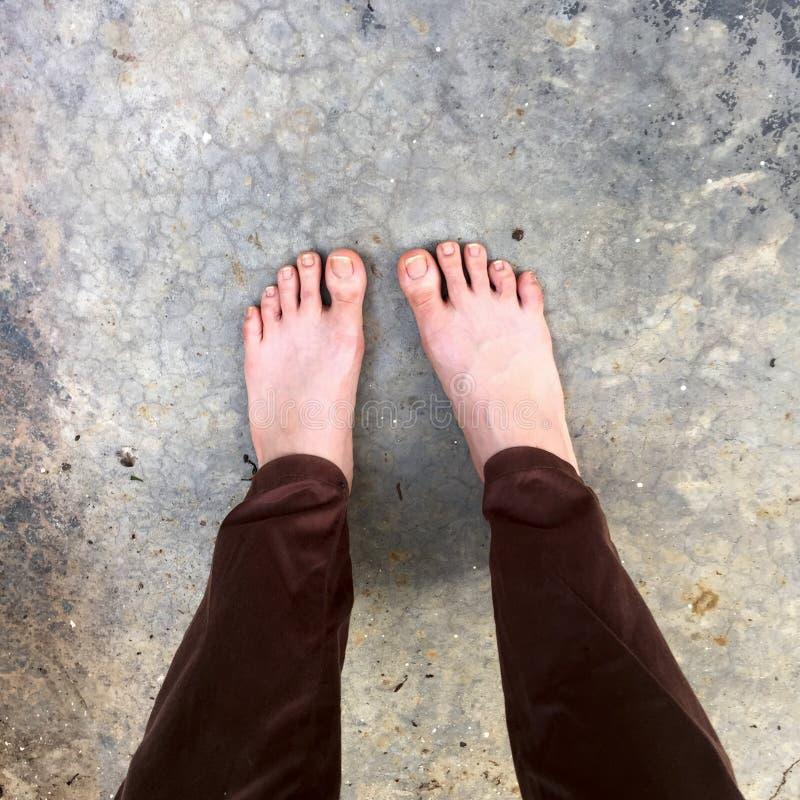 妇女赤脚Selfie在地板上的 免版税库存图片