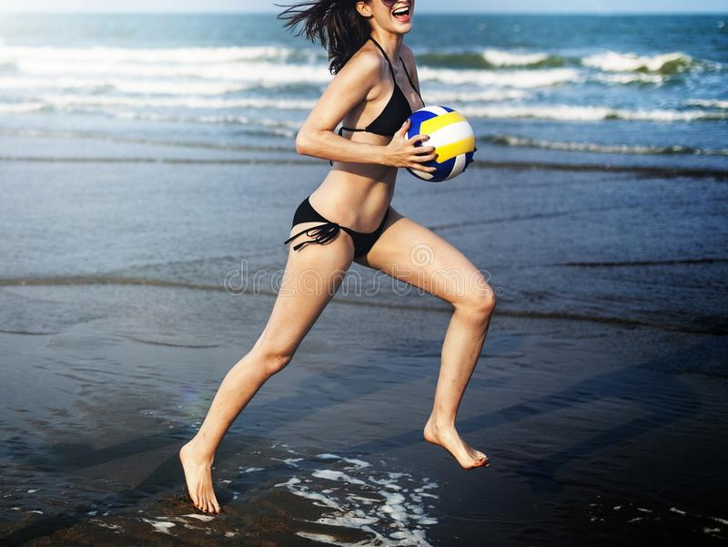 妇女跑在海滩 免版税库存图片