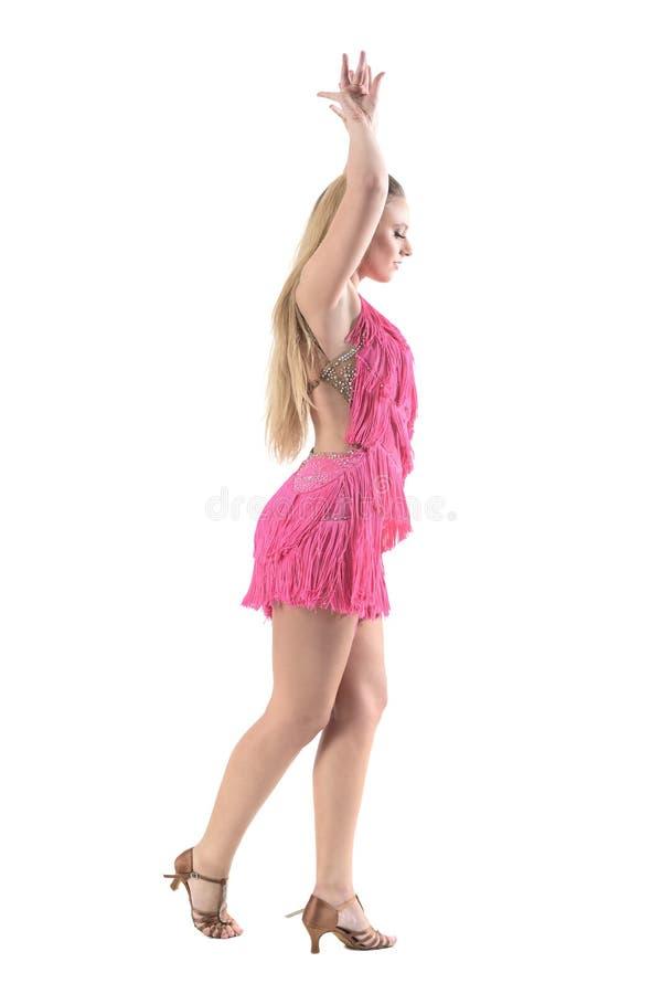妇女跳舞拉丁美洲人侧视图跳舞与在顶头姿势上被举的胳膊 免版税库存图片