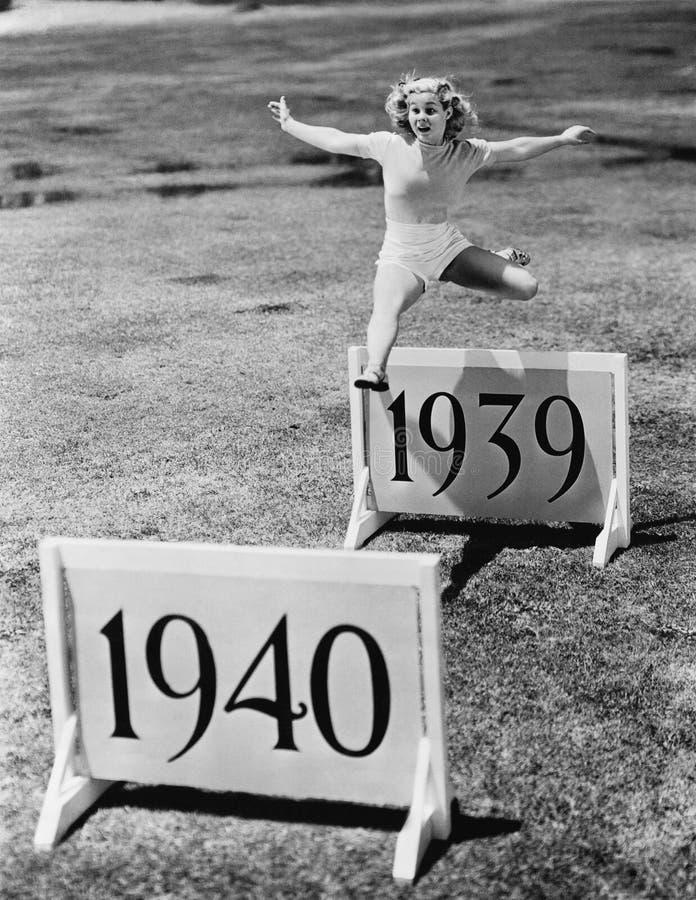 妇女跳跃的障碍标记与几年(所有人被描述不更长生存,并且庄园不存在 供应商保单Th 库存图片