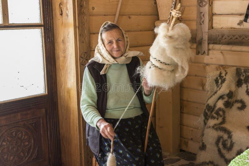 妇女转动的羊毛在罗马尼亚 库存图片