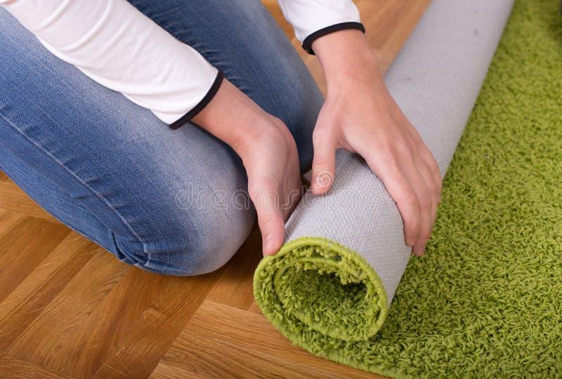 妇女辗压地毯 库存图片