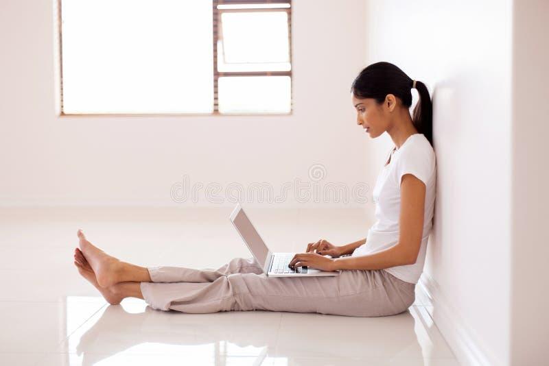 妇女运转的便携式计算机 免版税库存照片