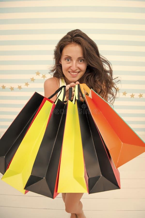 妇女运载束购物带来镶边背景 最终买了喜爱的品牌 技巧购物销售 女孩满意 库存照片