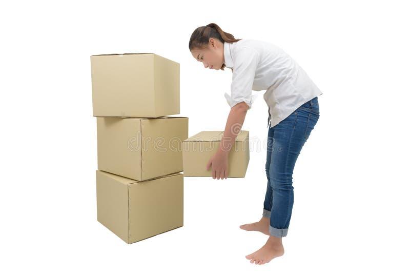 妇女运载的和举的箱子 免版税库存图片