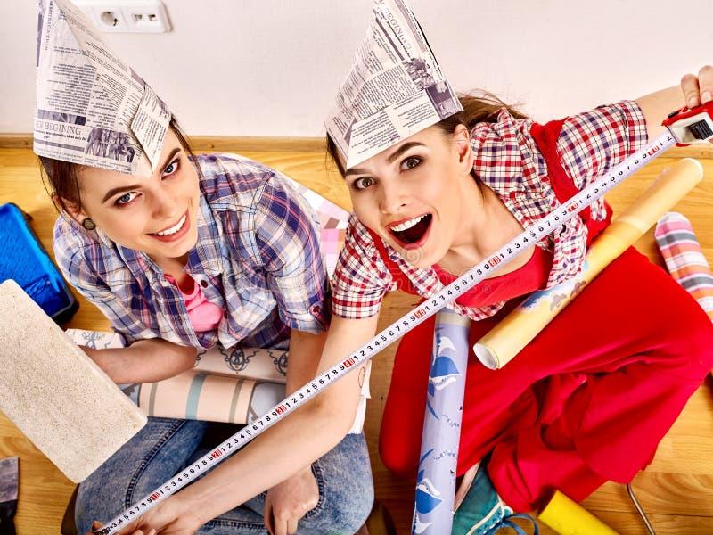 妇女进行在公寓的修理 免版税库存图片