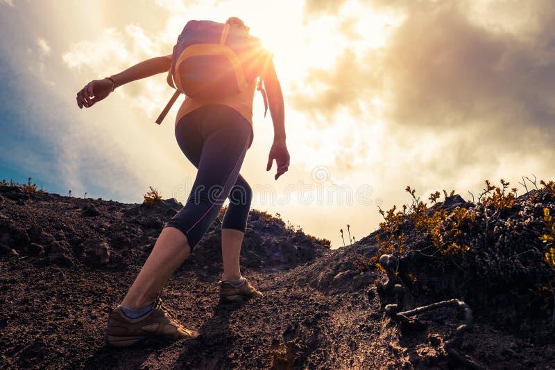 妇女远足者在足迹走 免版税库存照片