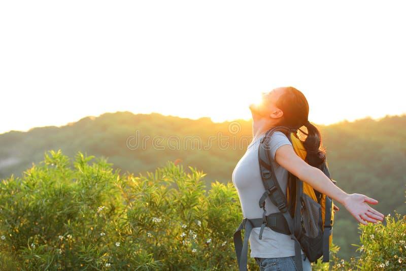 妇女远足者山上面 免版税库存照片