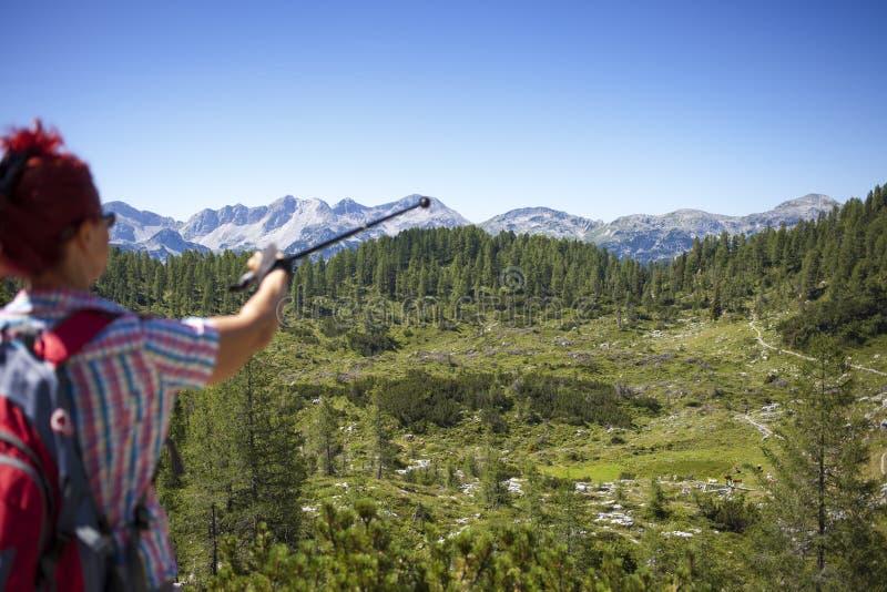 妇女远足者显示山峰 库存照片