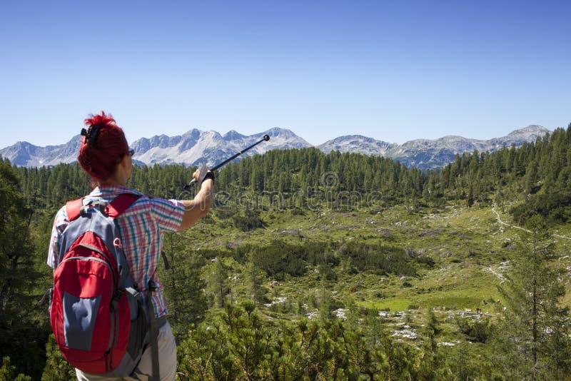 妇女远足者显示山峰 库存图片
