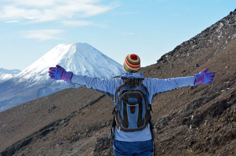 妇女远足Tongariro横穿 免版税库存图片