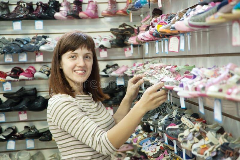 妇女选择童鞋 图库摄影
