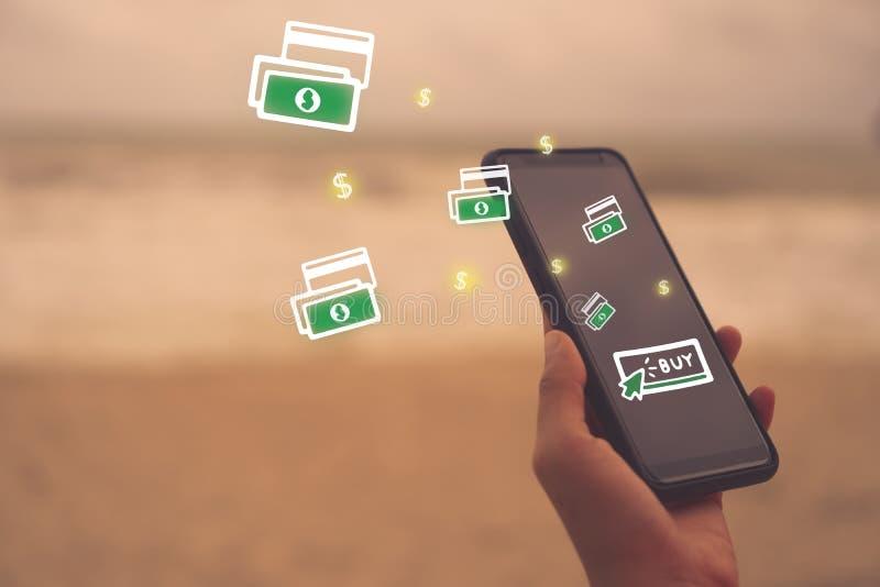妇女递使用智能手机做网上购物 免版税库存图片