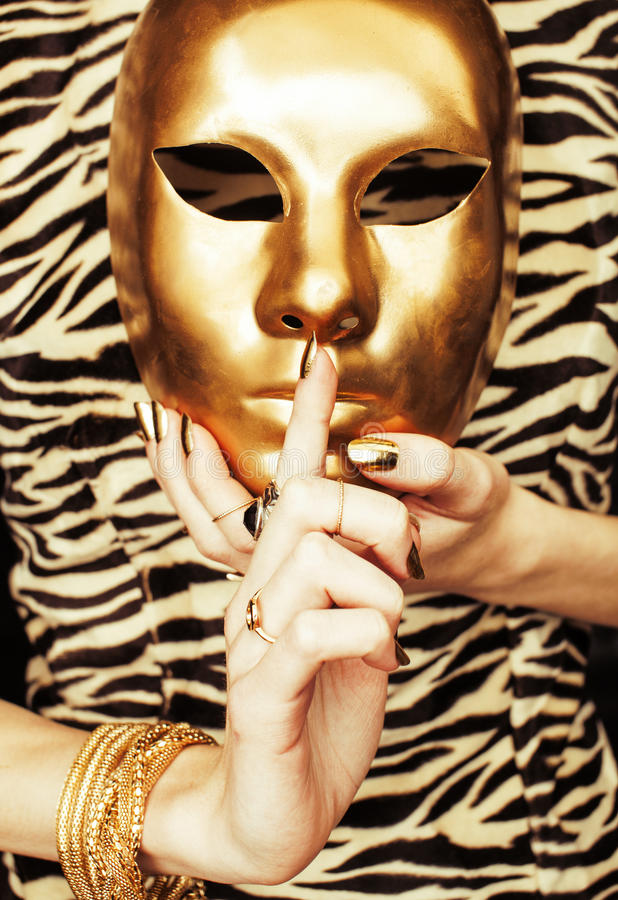 妇女递拿着金黄狂欢节面具,富有 库存图片