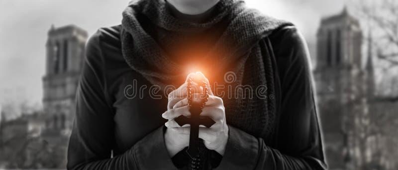 妇女递祈祷与念珠和木十字架 免版税库存照片