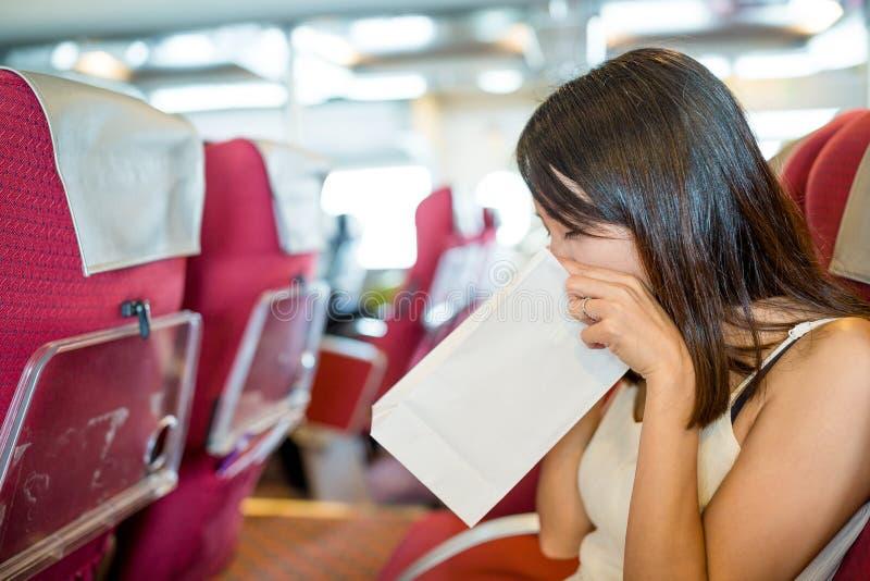 妇女遭受晕船的形式并且呕吐 库存图片