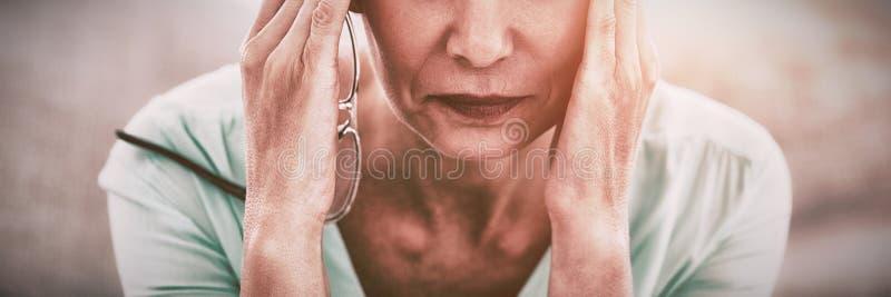 妇女遭受的头疼画象  库存照片
