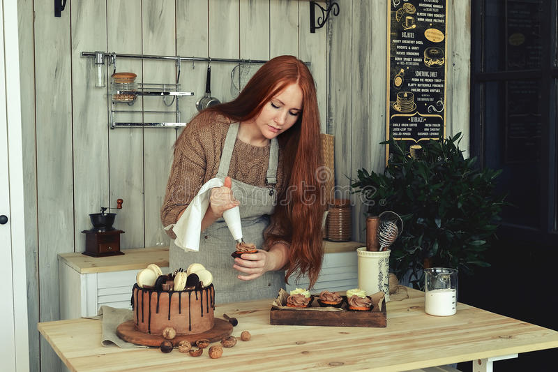 妇女酥皮点心在厨房里 免版税库存图片
