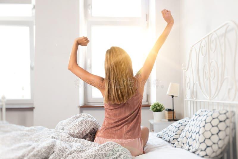 妇女醒在日出 免版税库存照片