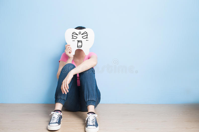 妇女采取恼怒的牙 免版税库存照片