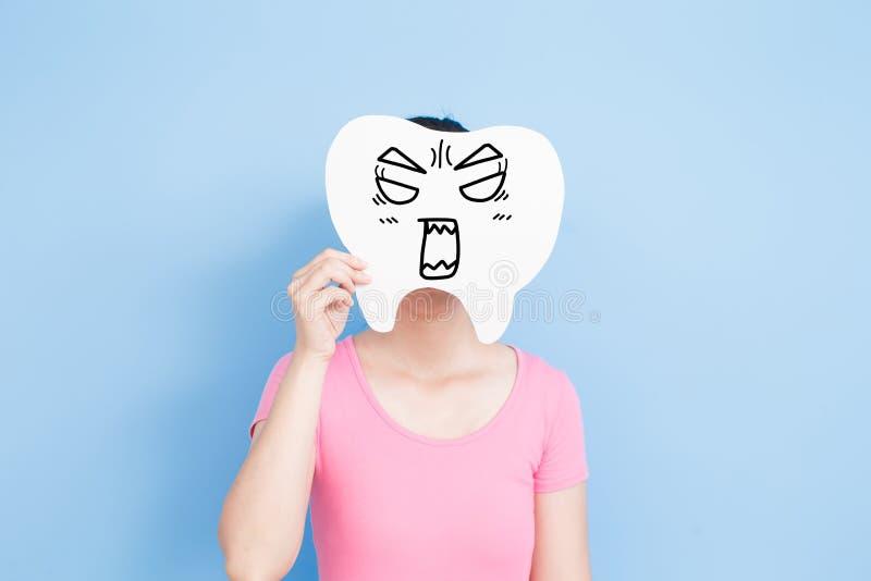 妇女采取恼怒的牙 库存照片