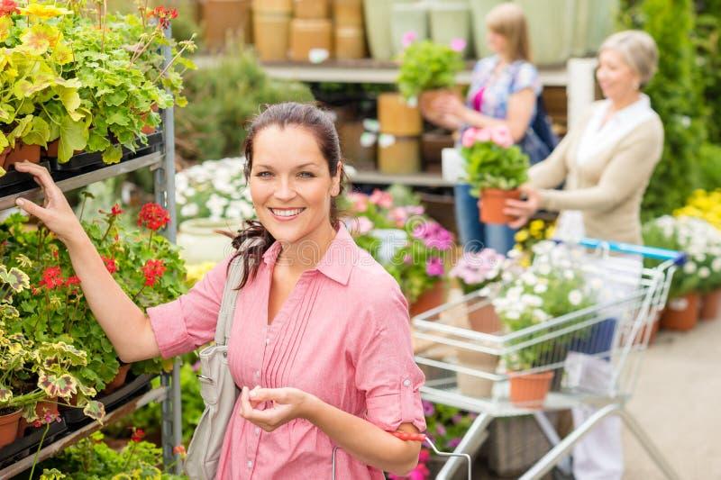 妇女采购的盆的花在庭院界面 免版税库存照片