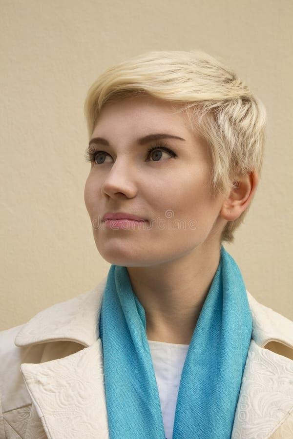 妇女金发碧眼的女人 塑造发型,理发,新裸体构成 库存照片