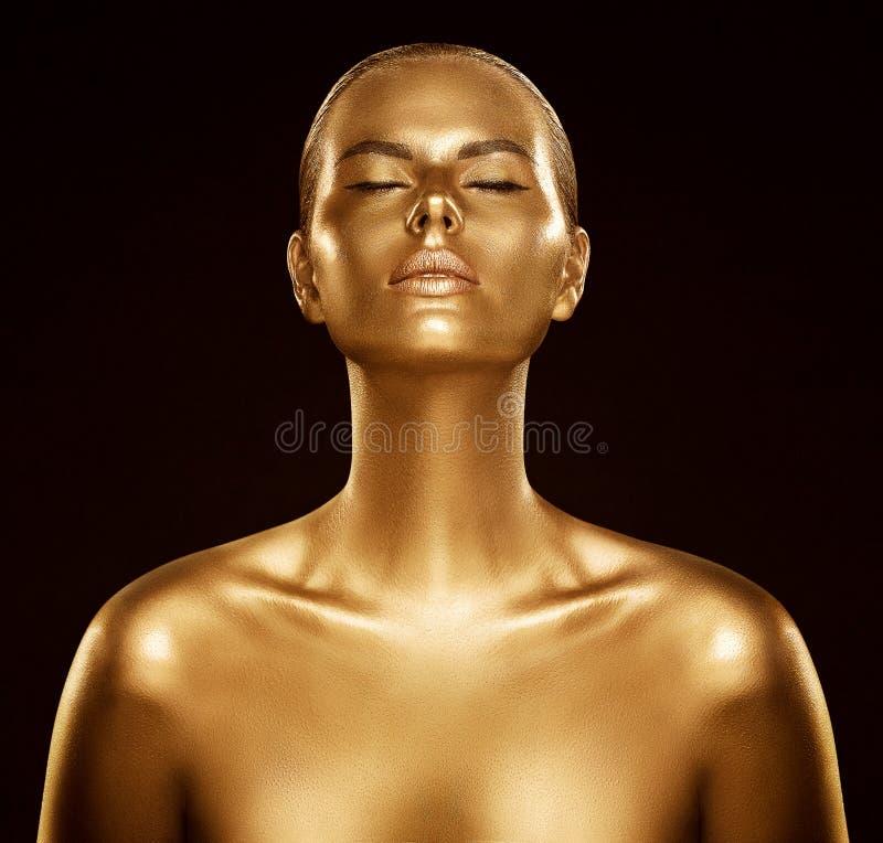 妇女金皮肤、时装模特儿金黄人体艺术、秀丽画象面孔和身体亮光作为金属 免版税库存图片